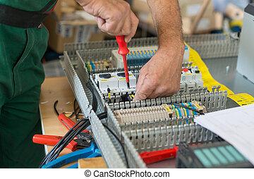 asemblując, przemysłowy, elektryk, elektryczny, cabinet.