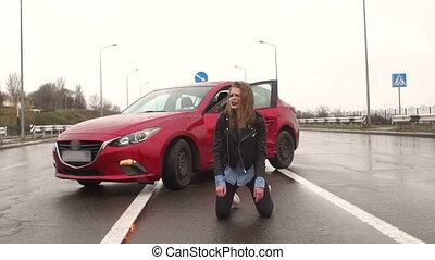 asfalt, posiedzenie, teen dziewczyna, droga, accident., mokry, zniszczył, wóz