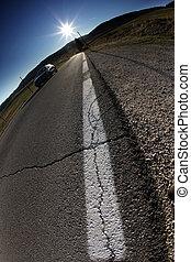asfalto, de, camino de país, en, iluminar desde el fondo