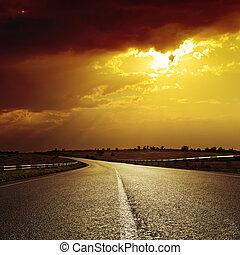 asfaltroad, till, dramatisk, solnedgång