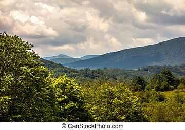 ashe, condado, montañas, carolina del norte, vistos, de, el, carretera ajardinada de cumbre azul, en, verano