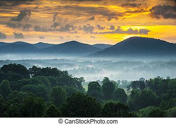 asheville, nc, montañas azules arista, ocaso, y, niebla, paisaje, fotografía, cerca, el, carretera ajardinada de cumbre azul, en, occidental, carolina del norte