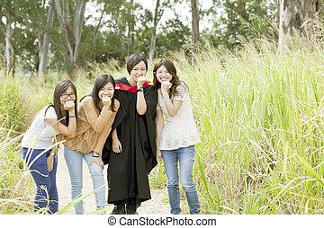 asiático, amigos, em, graduação