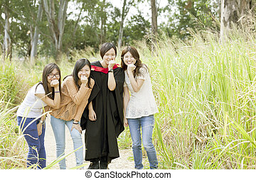 asiático, amigos, en, graduación