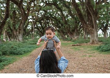 asiático, arriba, bebé, parque, madre, tenencia
