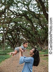 asiático, arriba, mientras, bebé, risas, madre, tenencia