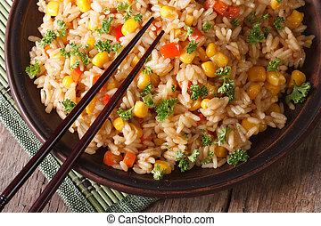 asiático, arroz frito, con, maíz, y, huevos, primer plano,...
