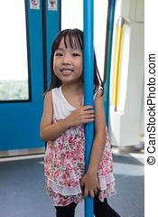asiático, chino, niña, posición, dentro, un, mrt, tránsito