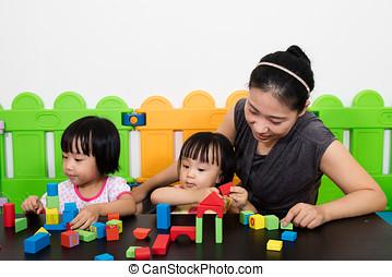 asiático, crianças, e, mãe jogando, junto
