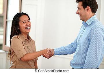 asiático, dar, saudação, alegre, mãos, senhora