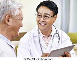 asiático, doctor, hablar, paciente