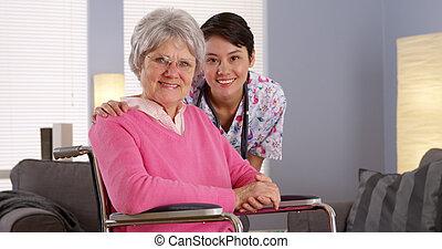 asiático, enfermeira, sorrindo, com, idoso, paciente