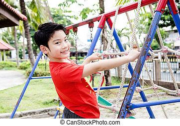 asiático, feliz, tocando, pátio recreio, criança