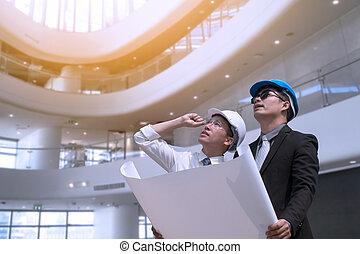 asiático, homem negócios, e, engenheiro, arquiteta, profissional, ocupação, incorporado, cidade, olhando, e, segurando, construção, industrial, plano, para, trabalhando, conceito