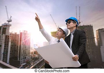 asiático, homem negócios, olhar, e, aponte, dedo, afastado, e, engenheiro, arquiteta, ter, construção, industrial, plano, fundo, para, trabalhe, como, equipe, conceito