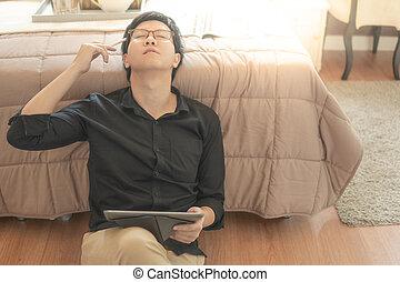 asiático, homem negócios, sentimento, cansado, usando, tabuleta