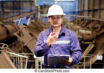 asiático, ingeniero, trabajando, en, el, línea de montaje, planta