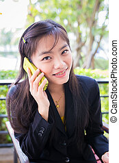 asiático, jovem, mulheres negócios, é, usando, a, telefone, comunicar