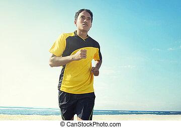 asiático, joven, corriente, en, playa, deporte, concepto