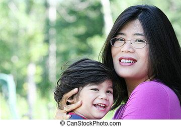 asiático, mãe, amorosamente, segurando, dela, filho