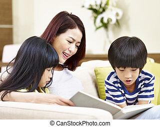 asiático, madre, libro de lectura, con, dos niños