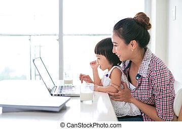 asiático, madre, mujer, con, un, ella, hija, trabajar, el, computadora