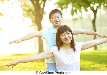 asiático, madre y niño
