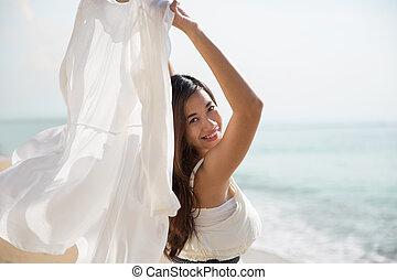asiático, mulher grávida, desfrutando, natureza, com, braços abertos