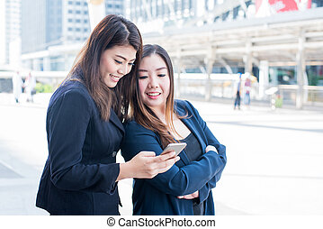 asiático, mulheres negócios, ligado, telefone móvel, com, amigo, trabalho