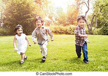 asiático, niños, corriente, en el estacionamiento