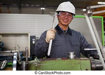 asiático, técnico, en, herramienta, taller
