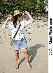 asiático, tailandés, mujer, posar, en la playa, en, el, andaman, océano, mientras, agua de mar, nivel, decreased