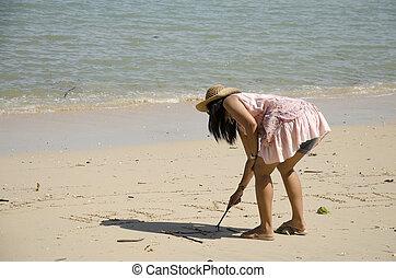 asiático, tailandés, mujer, posar, y, escritura, arena, playa
