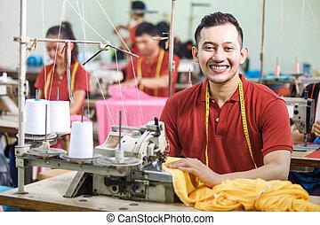 asiático, trabajador, en, fábrica textil, costura, utilizar, industrial, costura, m