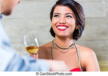 asian összekapcsol, csengő, bor szemüveg, alatt, bár