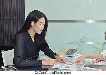 asian handlowy, kobieta, dyskutując, z, niejaki, kolega