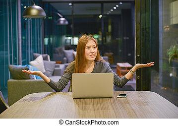 asian handlowy, kobieta, zażenowany, gesturing, czynić, nie, wiedzieć, znak, w, spotkanie pokój