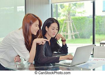 asian handlowy, kobiety, dyskutując, z, nawzajem
