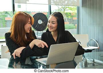 asian handlowy, kobiety, pracujący, i, używający laptop, w, spotkanie pokój