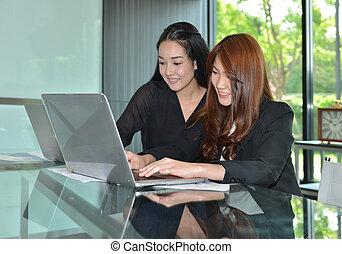 asian handlowy, kobiety, używając, laptopy, w, spotkanie pokój