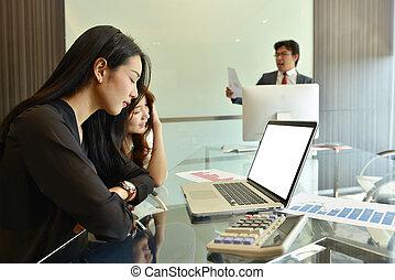 asian handlowy, kobiety, używając, niejaki, laptop, z, okienko osłaniają
