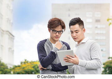asian handlowy, ludzie, dyskutując, informacja, na, tabliczka, komputer