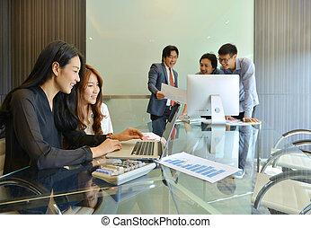 asian handlowy, ludzie, dyskutując, z, nawzajem