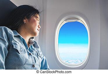 asian kobieta, posiedzenie, na, siedzenie przy oknie, w, samolot, i, patrzeć, zewnątrz, okno, zobaczcie, błękitne niebo, i, chmura, pojęcie