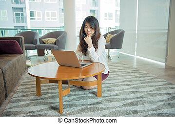 asian, używając, kobieta handlowa, laptop, biblioteka, sexy