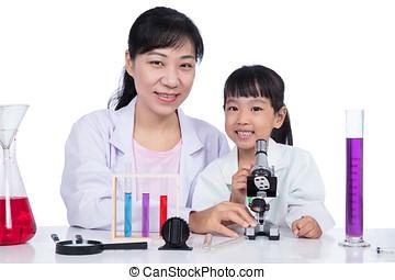 asiat, kinesisk, lærer, og, liden, student, pige, arbejder, hos, mikroskop