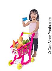 asiat, kinesisk, liten flicka, holdingen, kreditkort, med, handling dragkärra, fyllda, av, grönsaken