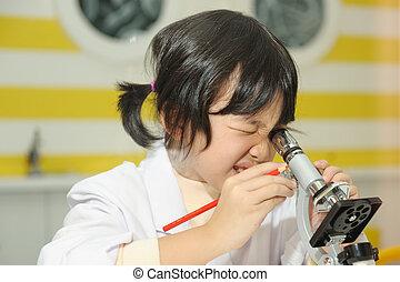 asiatico, capretto, guardando, microscopio