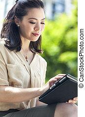 asiatico, donna cinese, con, tavoletta, computer
