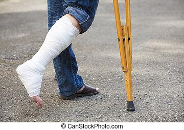 asiatico, giovane, su, crutches, con, albero, fondo